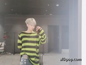 Taehyun Mirror Selfie 1